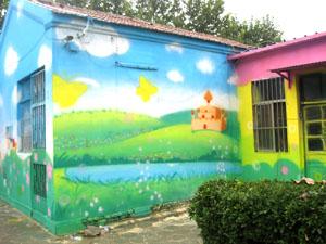 幼儿园彩绘,色彩上以艳丽的纯色为主